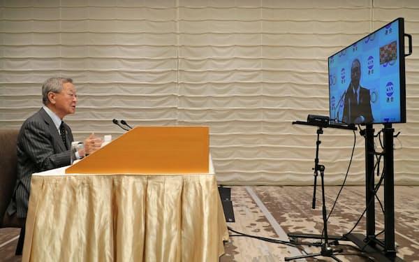 ウェブ会議で話す経団連の中西会長(テレビ画面は連合の神津会長)
