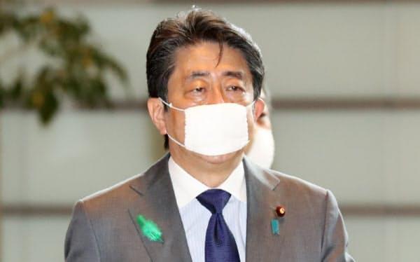 首相官邸に入る安倍首相(20日)