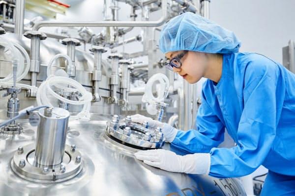 バイオ医薬品の工場内で培養タンクを確認する従業員(韓国仁川市)=サムスンバイオロジクス提供