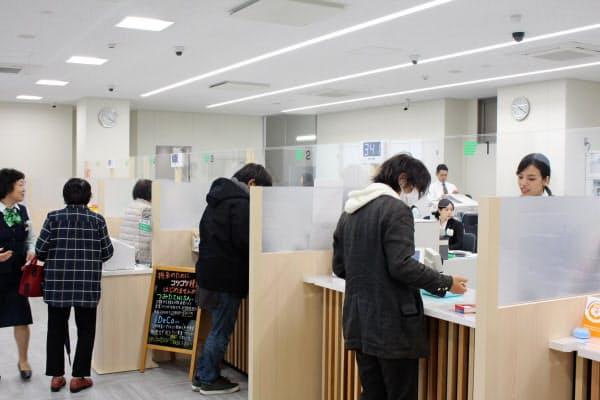 京都銀行は他の金融機関や自治体と連携し、窓口の混雑緩和に努める