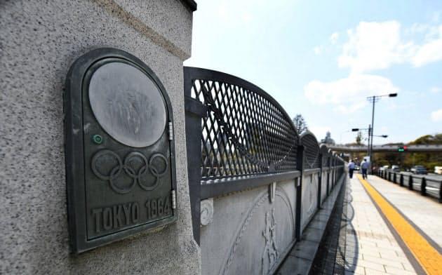 JR原宿駅のそばに架かる五輪橋。1964年東京五輪にちなんだ装飾が施されている(東京都渋谷区)