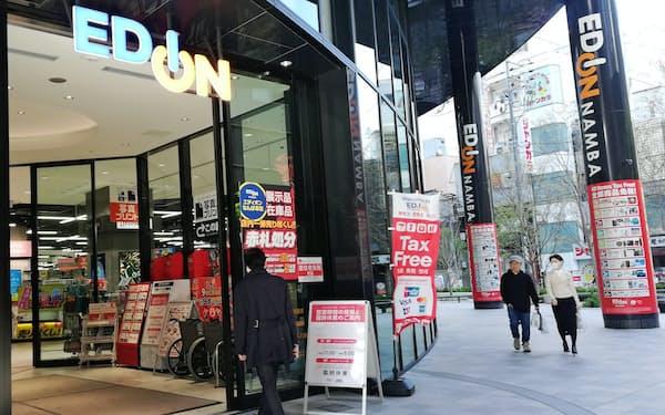 エディオンでは多くの店舗が閉店時間を早めて営業を続けている(4月、大阪市)