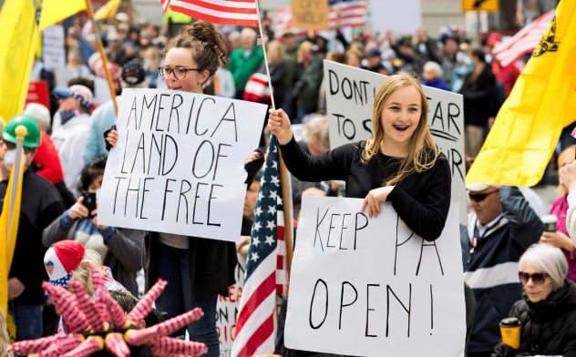 20日、米ペンシルベニア州で新型コロナ対策の外出規制に反対する人々=ロイター