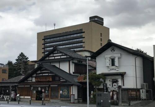 歴史的な建築物として観光客を集めた丸八やたら漬(21日、山形市)