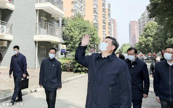 中国・武漢市内を視察し、住民に向かって手を振る習近平国家主席(3月10日)=新華社・共同