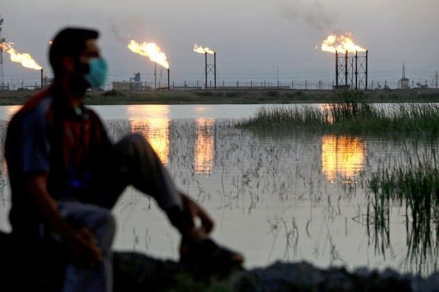 原油安は財政が脆弱な産油国を直撃した(イラク南部の油田)=ロイター