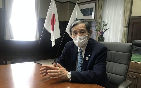 インタビューに応じる仁坂吉伸知事(21日、和歌山市)