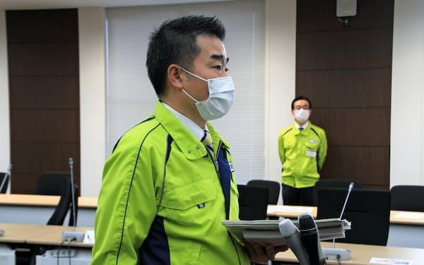休業要請を決め、記者団の取材に応じる滋賀県の三日月大造知事(21日、滋賀県庁)