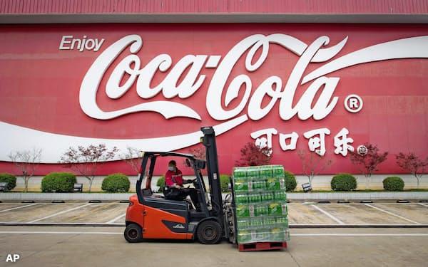 外出制限やイベント中止などがコカ・コーラの業績の重荷になっている=AP