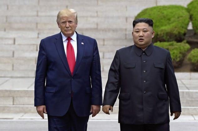 金正恩(キム・ジョンウン)委員長(右)の動静が伝えられたのは11日が最後になっている(写真は2019年6月)=AP