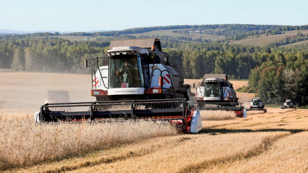 新型コロナ感染拡大で、食料の輸出制限への懸念も広がる(2019年9月、ロシア・クラスノヤルスクの農場)=ロイター