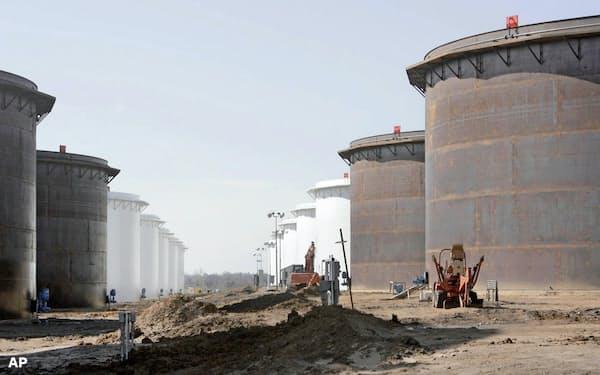 原油の貯蔵スペースはまもなく限界を迎える(オクラホマ州クッシング)=AP