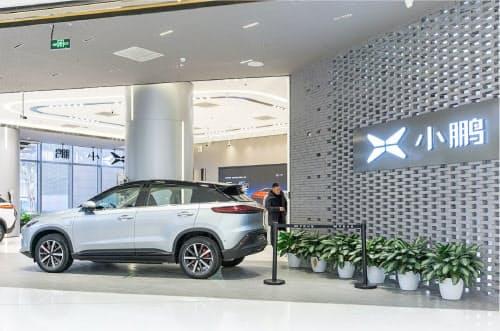 中国EVメーカーの小鵬汽車などは独自にEVスタンドを設置する(同)