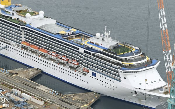 停泊中のクルーズ船「コスタアトランチカ」(21日、長崎市)=共同