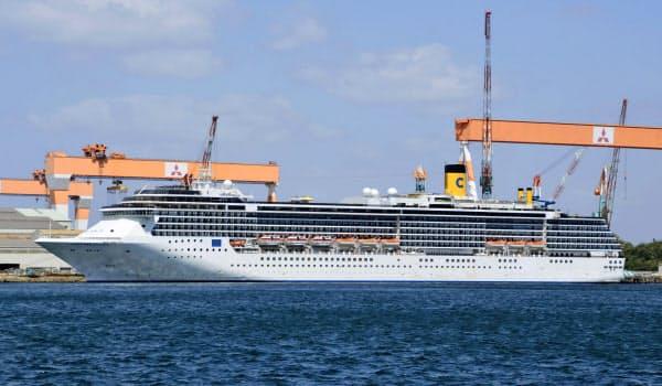 長崎市香焼町に停泊中のイタリア籍のクルーズ船「コスタアトランチカ」(22日午前)=共同