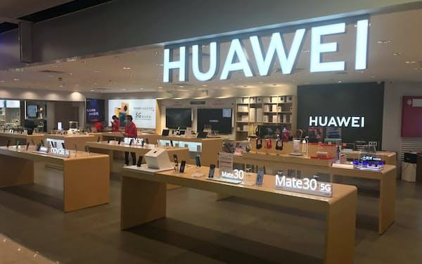ファーウェイの主力の中国市場でスマートフォンの需要が落ち込んでいる(広東省広州市の販売店)