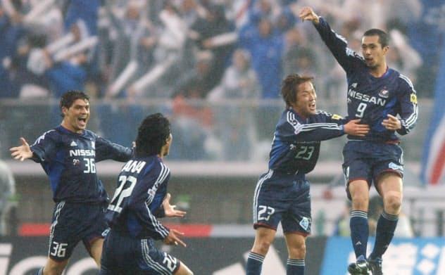 17年前の磐田戦で久保(右)が決勝点を決め、横浜Mは前後期完全優勝を果たした=共同
