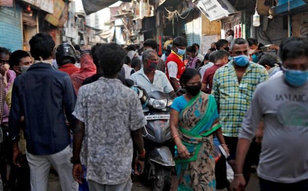 アジア最大級のスラム「ダラビ」の商業エリアは都市封鎖下でも混雑している(9日、ムンバイ)=ロイター