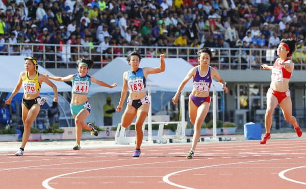 高校総体は史上初めて中止になった(写真は2019年大会の陸上女子100メートル決勝)=共同