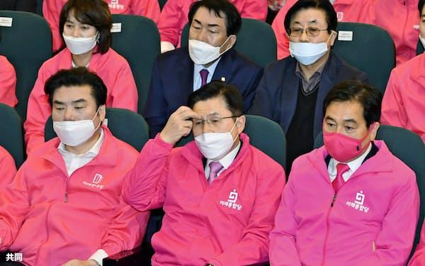 15日投開票の韓国総選挙で保守系野党は議席を減らした(前列中央は落選した未来統合党の黄教安代表)=ソウル(共同)