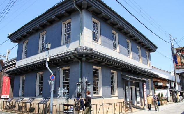 北国街道と大手門通りの交差点に立つ黒壁ガラス館の建物は1900年に完成した