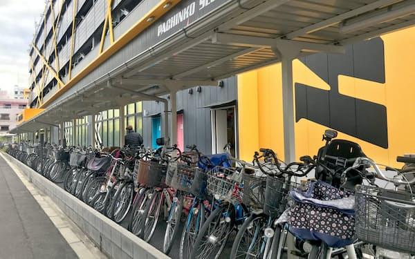 大阪府の休業要請に応じず営業を続ける大阪市内のパチンコ店(22日)