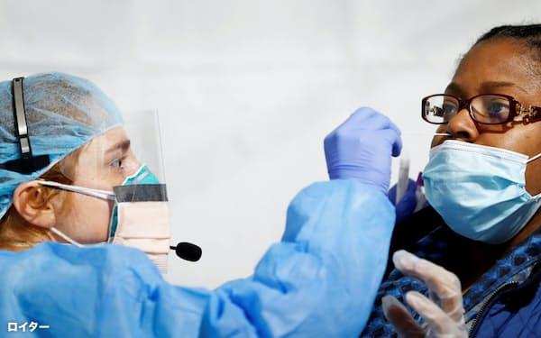 ニューヨーク州で新型コロナウイルスの検査をする様子=ロイター