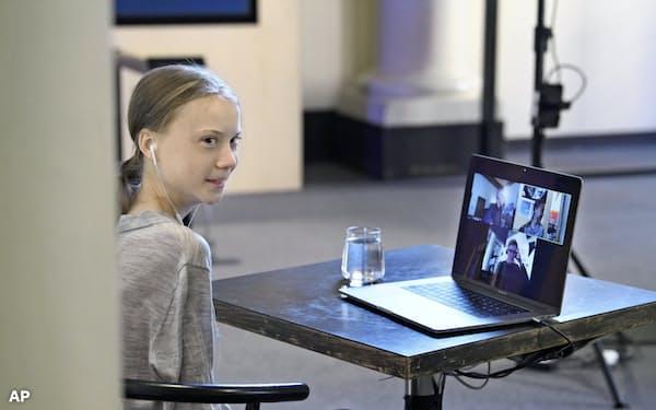 「アースデー」のネット上でのライブイベントに参加するグレタ・トゥンベリさん(22日、ストックホルム)=AP