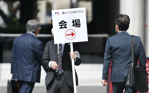積水ハウスの株主総会会場を案内する関係者(23日午前、大阪市北区)