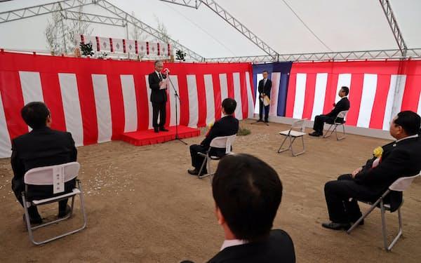 起工式であいさつする光科学イノベーションセンターの高田昌樹理事長(22日、仙台市)