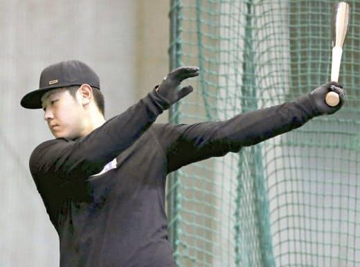 自主練習中も岡本は練習に集中し、心身ともに充実しているようだ=球団提供