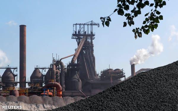 アルセロール・ミタルは減産を続けている(ベルギーの同社製鉄所)=ロイター