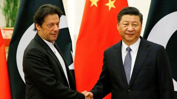 パキスタンのイムラン・カーン首相(左)と中国の習近平(シー・ジンピン)国家主席(2018年11月、中国)=ロイター