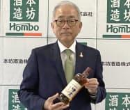 シングルモルト津貫ザ・ファーストを手にする本坊和人・本坊酒造社長