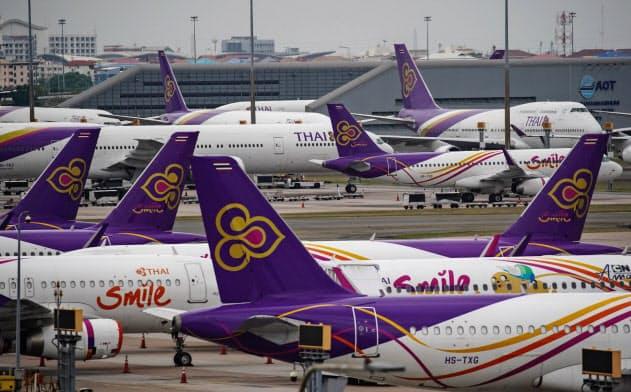 全便運休を受けて大量に駐機するタイ国際航空機(17日、バンコクのスワンナプーム空港)=小高顕撮影