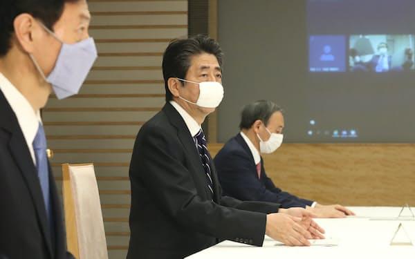 テレビ会議で開催された月例経済報告関係閣僚会議に臨む安倍首相(23日、首相官邸)