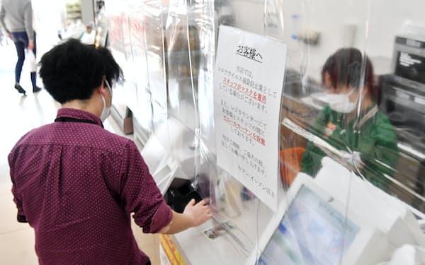 セブンイレブンは人手不足が続くなか、現場の効率化に向けセミセルフレジを全店に導入する