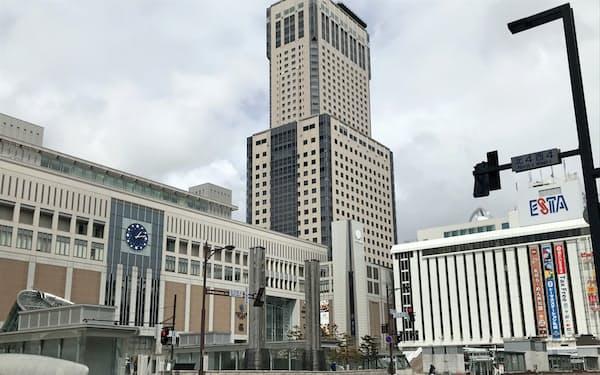 JR北海道はJRタワー(中央)を上回る新タワーを「エスタ」(右)跡地などに建てる計画だが…(23日、札幌駅前)