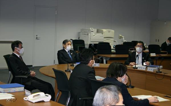 23日、新型コロナウイルスの対策会議に臨む和歌山県の仁坂吉伸知事(奥)