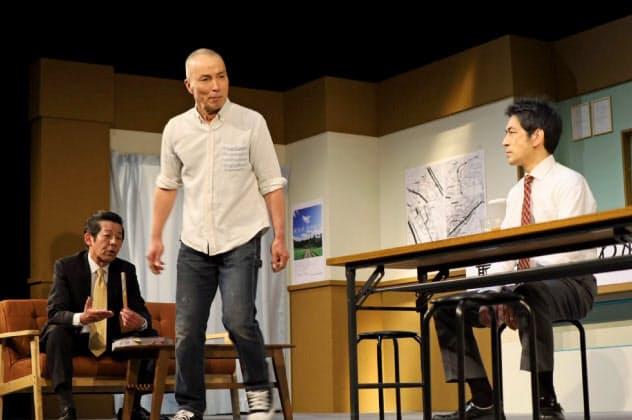 背後にうごめく壮大な利権・権力を3人による会話劇で描き出した