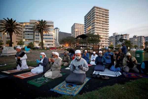 ラマダン入りを前に祈るイスラム教徒(23日、ケープタウン)=ロイター