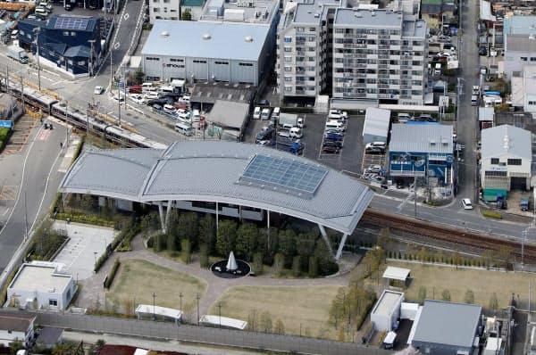 JR福知山線脱線事故現場は慰霊施設になっている(6日、兵庫県尼崎市)