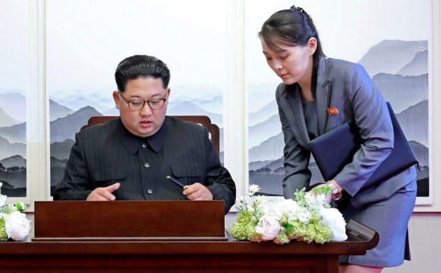 北朝鮮の金正恩委員長(左)に健康不安説が浮上している=AP