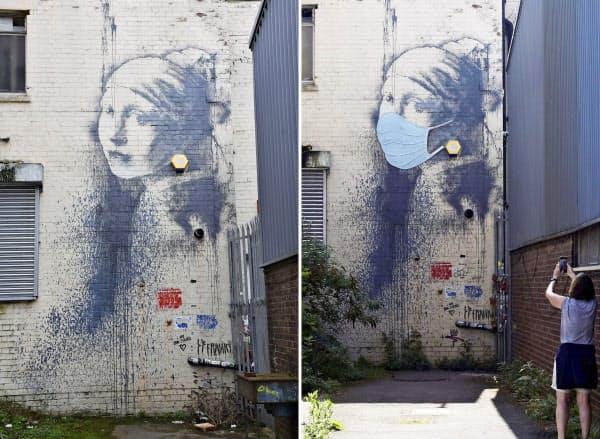 バンクシーが描いた壁画(左、2019年3月撮影、共同)に、マスクが付け足された壁画=23日、英南西部ブリストル(ロイター=共同)