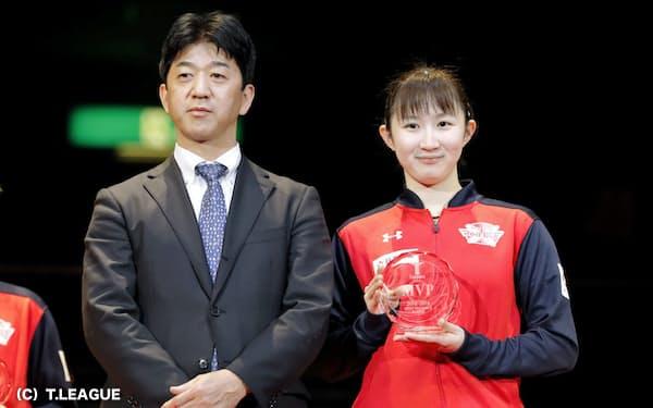 Tリーグ第1回ファイナルの試合後、早田ひな(右)を表彰する松下浩二チェアマン(昨年3月、両国国技館)=(C)T.LEAGUE