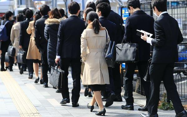 就職活動の解禁日、セミナーに向かう学生ら