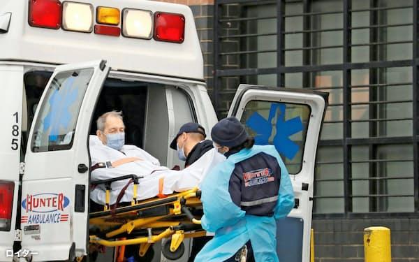 新型コロナウイルスは世界で様々な問題を引き起こした(患者に対応するニューヨーク市の病院)=ロイター