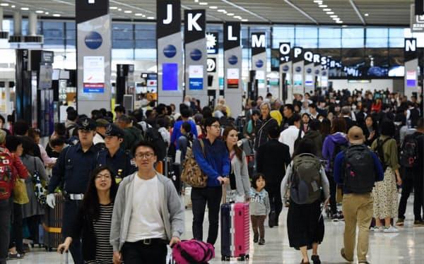 1年前の大型連休初日、海外に向かう人たちで混み合う成田空港の出発ロビー(2019年4月27日)