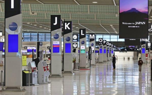 閑散とする成田空港の出発ロビー(25日午前)