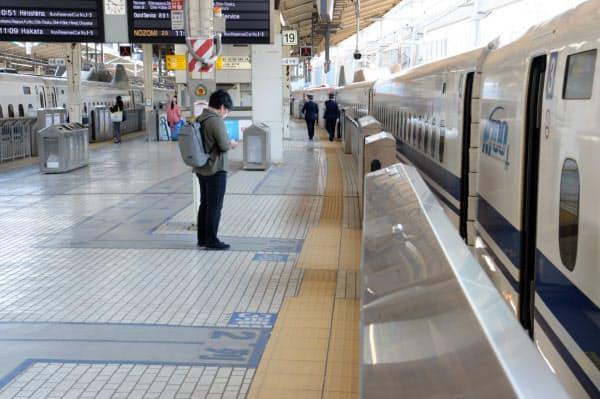 利用客が少ないJR東京駅の新幹線ホーム(25日午前)